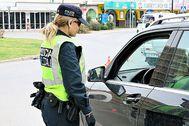 Una agente de la Policía Local de San Antonio realizando un control. AY. SAN ANTONIO