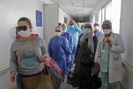 Pacientes  con coronaviurs abandonan el hospital  de Rabat tras recibir el alta.