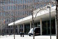 Edificio forense de fondo en la Ciutat de la Justícia