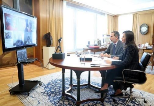 Traje de raya diplomática y mocasines que lució Letizia el 27 de marzo