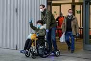 Un familiar recoge a una paciente con coronavirus que abandona el Hospital de IFEMA.