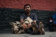 Una de las personas acogidas en el albergue improvisado en la plaza de toros de Lima por el coronavirus