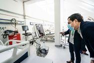 El presidente de la Junta, Juan Manuel Moreno, durante su visita esta mañana al hospital levantado en la Ciudad Deportiva de Carranque, en Málaga.