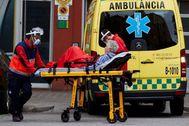 Dos operarios de una ambulancia.