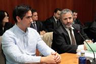 Rodrigo Lanza (izqda.), junto a su abogado, durante el juicio por el asesinato de Víctor Laínez.