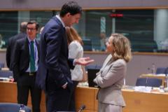 La vicepresidenta de Asuntos Económicas, Nadia Calviño, conversa con el ministro de Finanzas de Holanda, Wopke Hoekstra.