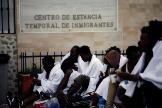 Inmigrantes magrebíes, este lunes, tras saltar la valla entre Melilla y Marruecos.