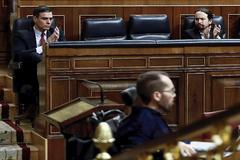 Pedro Sánchez y Pablo Iglesias  observan al portavoz parlamentario de Unidas Podemos, Pablo Echenique.