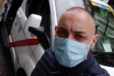 Javier Morales con su taxi en Madrid.