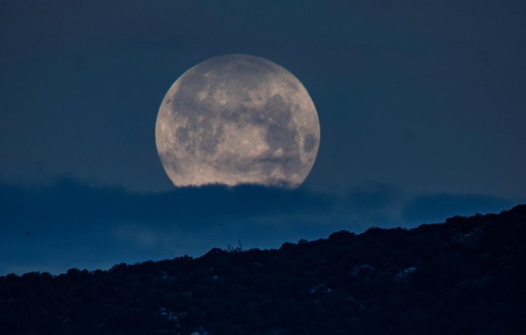 Vista de la superluna a las 6.30 horas de este miércoles en San Telmo, Mallorca