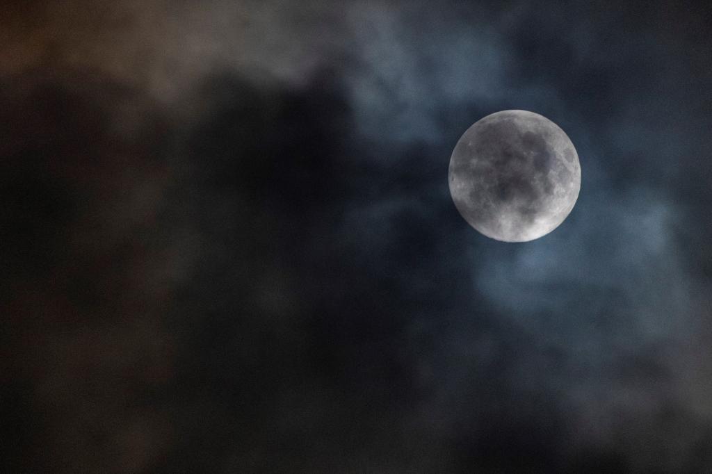 Vista de la Luna llena esta noche en Madrid | EFE