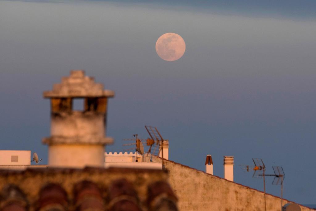 La Luna desde los tejados de San Lluís, Mallorca | EFE