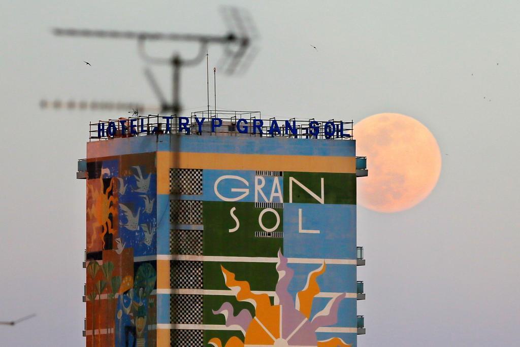 La Luna por detrás del Hotel Gran Sol de Alicante | EFE