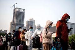 Gente hace cola en la estación de trenes de Hankou, en Wuhan.