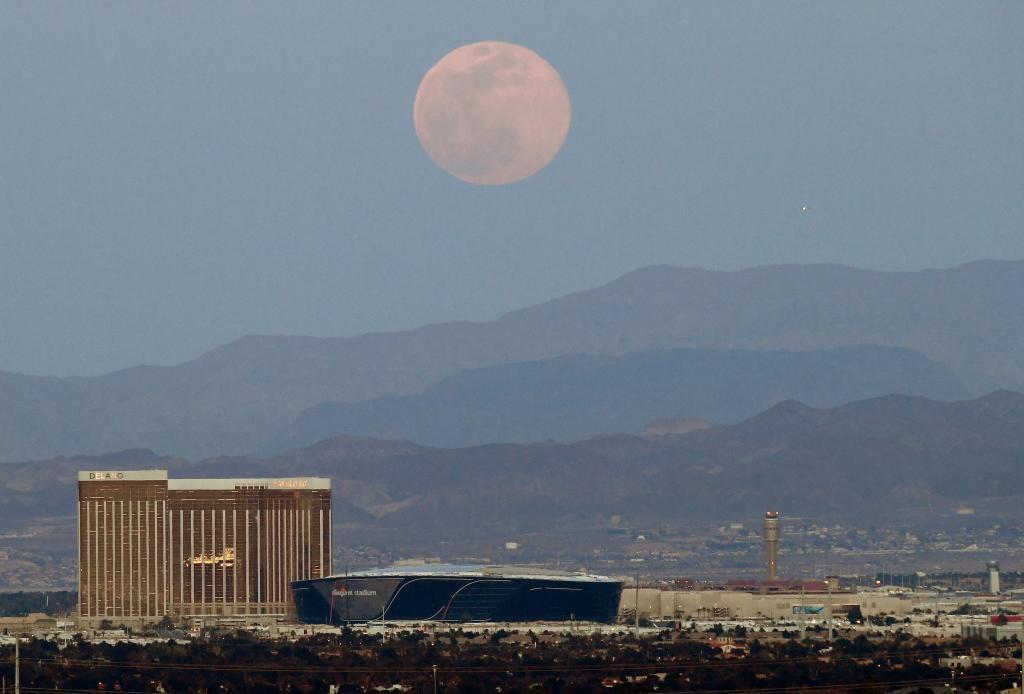La Luna llena rosa sobre el cielo de Las Vegas, EEUU | AFP