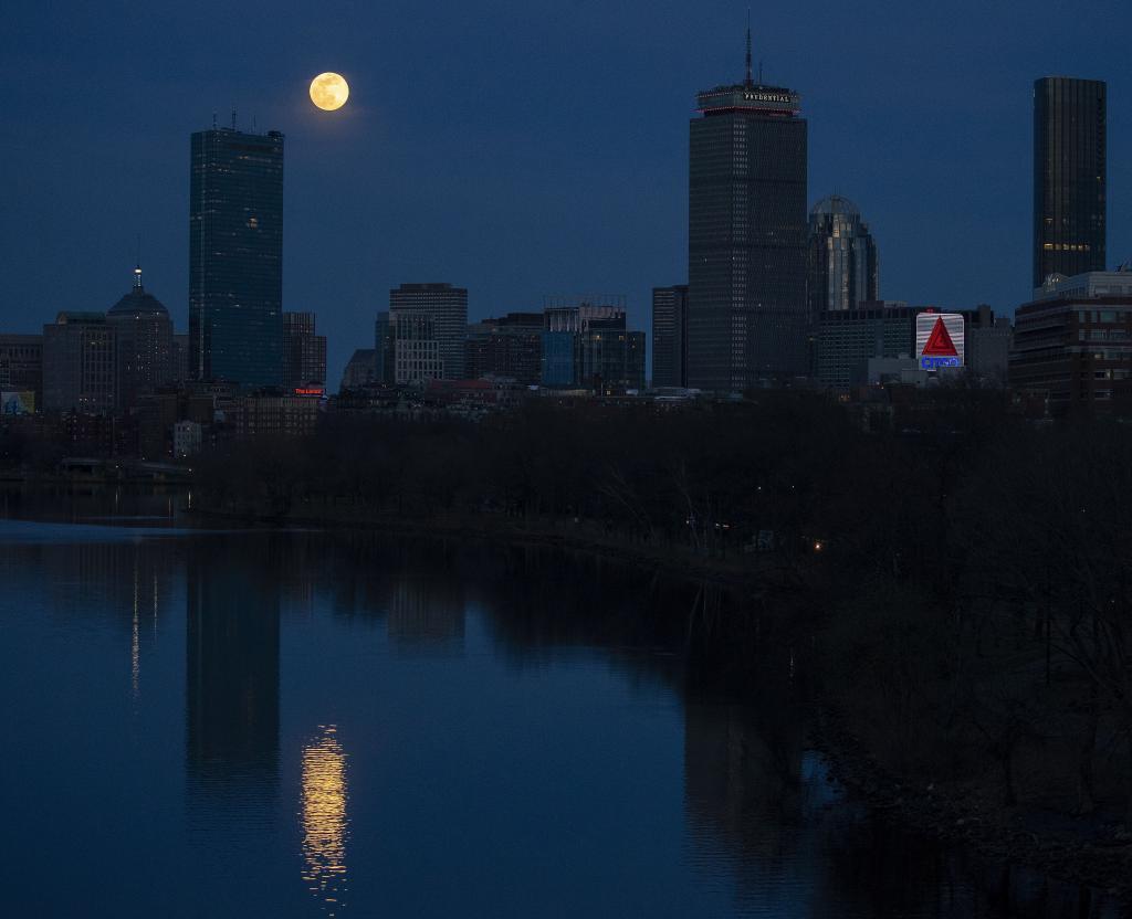 La Superluna sobre el skyline de Boston | EFE