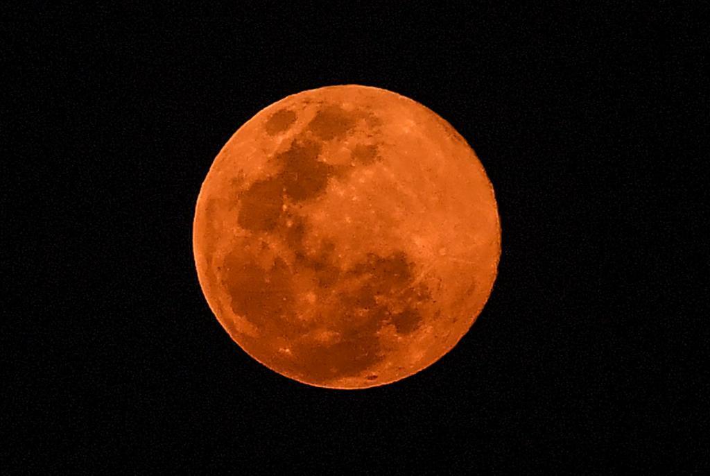 Luna llena rosa sobre el cielo de San Salvador | AFP