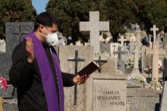 Un sacerdote hace responso ante el ataúd de un fallecido durante un entierro en el cementerio de Salamanca, el pasado viernes.