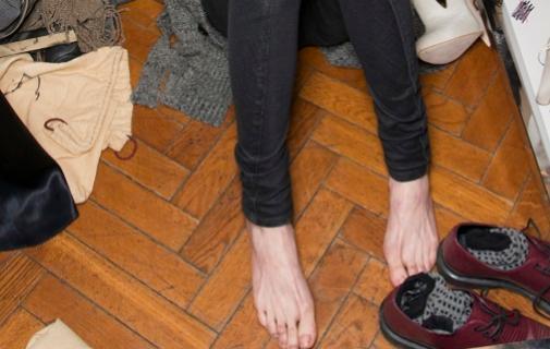 Mantén los pies cuidados e hidratados aunque sea para pasearlos por casa. Foto: IMAXTREE.