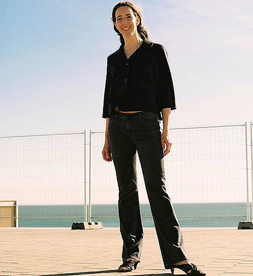 La empresaria con americana y camiseta de Balenciaga en Santa Eulalia. Pendientes de Misui.