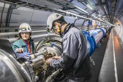 Dos técnicos en el túnel del Gran Colisionador de Hadrones (LHC), el gran acelerador de partículas del CERN