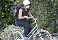 Jennifer Garner paseando en bici con mascarilla. Foto: Gtresonline.