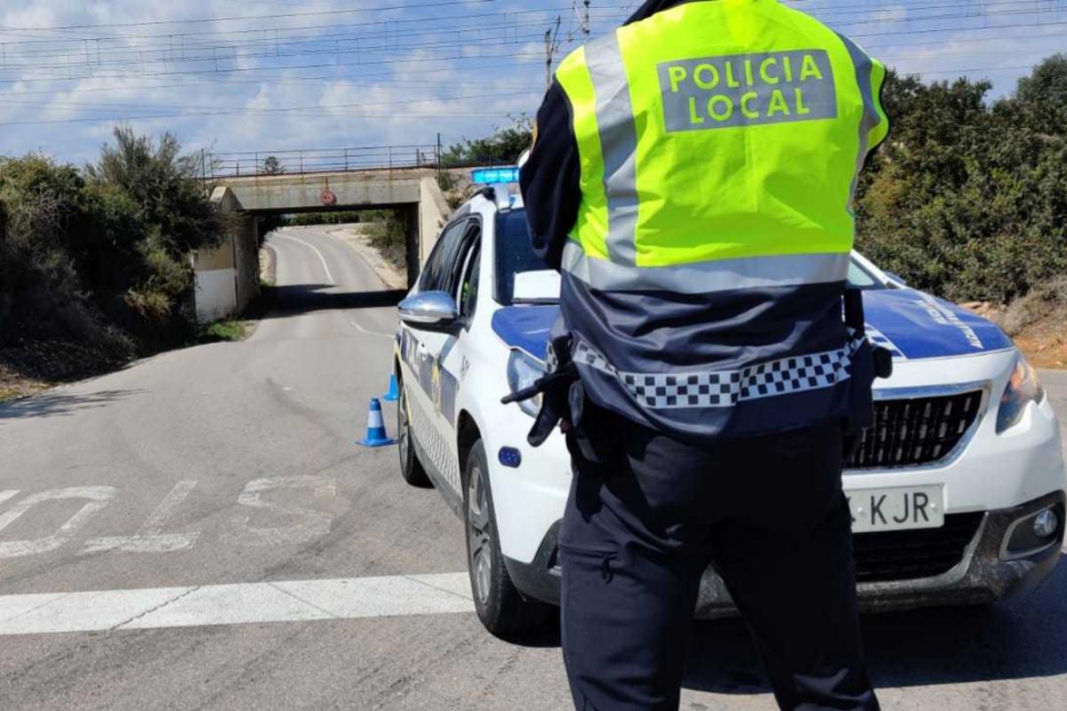 Policía Local de Alcossebre vigila un acceso al municipio.
