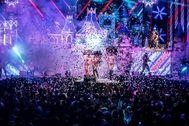 Espectáculo en el escenario una discoteca de Ibiza.