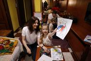 Ulyana, con sus hijas y su marido.