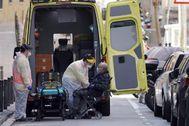Trabajadores de ambulancia con un paciente.