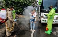 La policía desinfecta a los migrantes venezolanos que regresan desde Colombia.