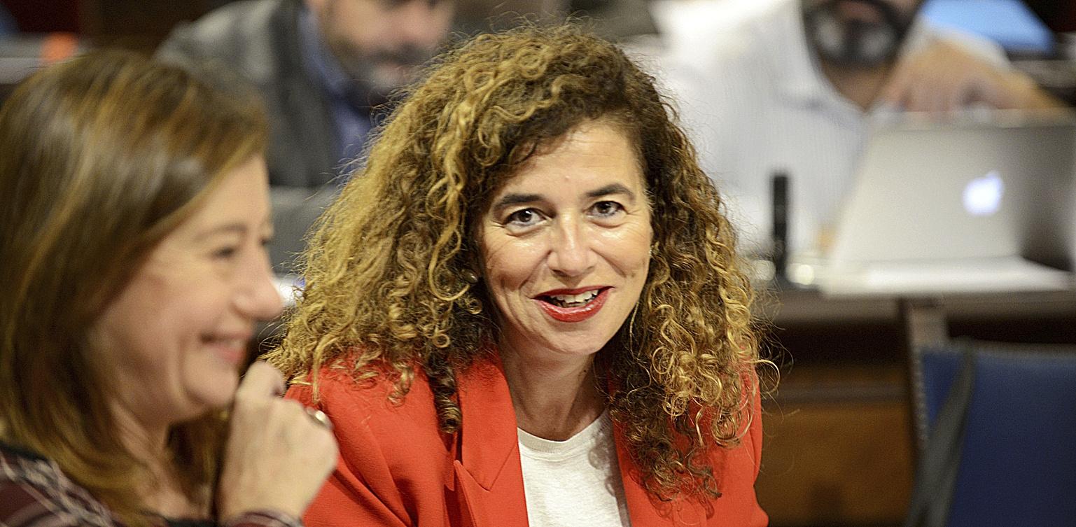 La portavoz Pilar Costa, junto a la presidenta Francina Armengol, durante una sesión del pleno. J. SERRA