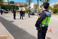 Agentes de la Policía Nacional realizando controles de tráfico en el Paseo Marítimo de Palma.