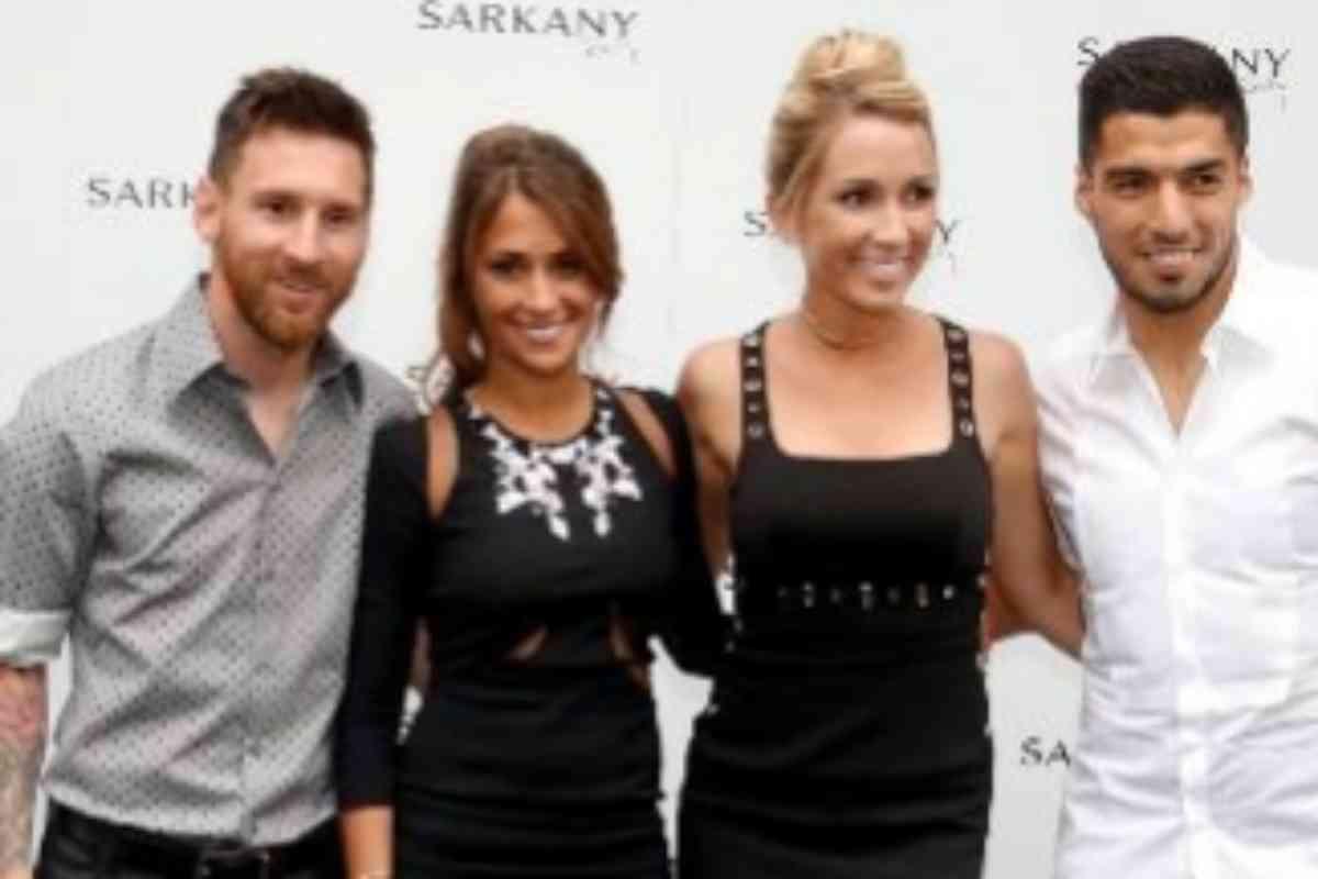 De izquierda a derecha: Leo Messi, Antonella Roccuzzo, Sofia Balbi y Luis Suarez durante la inauguración de la tienda 'Sarkany' en Barcelona en 2017