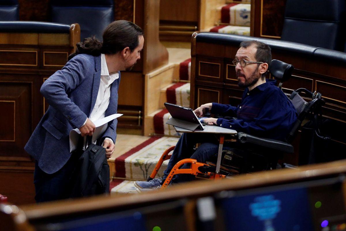 El vicepresidente segundo del Gobierno, Pablo Iglesias, conversa con el portavoz de Unidas Podemos, Pablo Echenique.