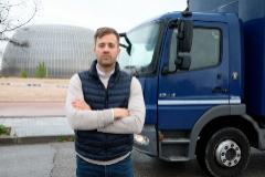 Jesús de Prado, socio de Spartan Logística, junto a uno de sus camiones de tres ejes, haciendo un envío de féretros gratuito a la Ciudad de la Justicia.