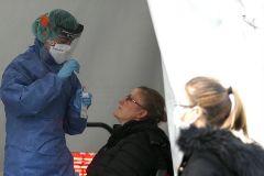 Una enfermera toma una muestra para realizar una prueba PCR en el hospital de Basurto.