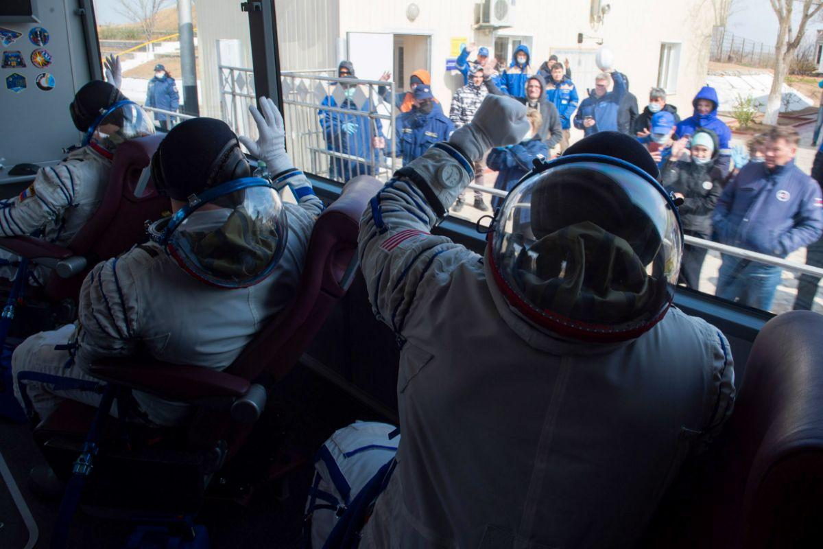 Los tres astronautas se despiden de su equipo desde el autobús que les lleva a la plataforma de lanzamiento