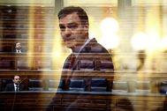 Fotograma con doble exposición de Pedro Sánchez durante su intervención en el pleno celebrado este jueves en el Congreso.