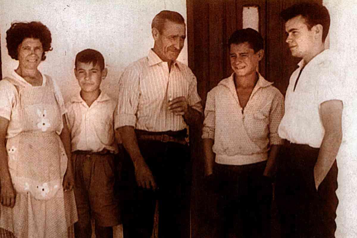 Hernando, segundo por la derecha, al lado de su padre y con uno de sus hermanos, en una foto de su infancia.