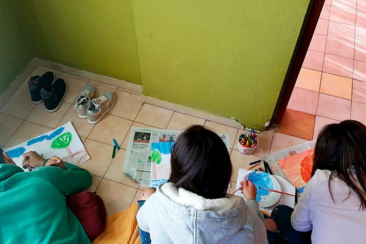 Varios menores realizando actividades en la Llar durante el confinamiento. GREC