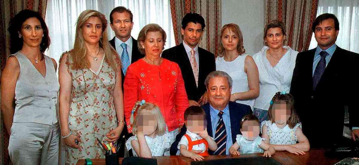 El empresario, sentado en el centro, rodeado de toda su familia: su esposa, María Audena, sus hijos y nietos.