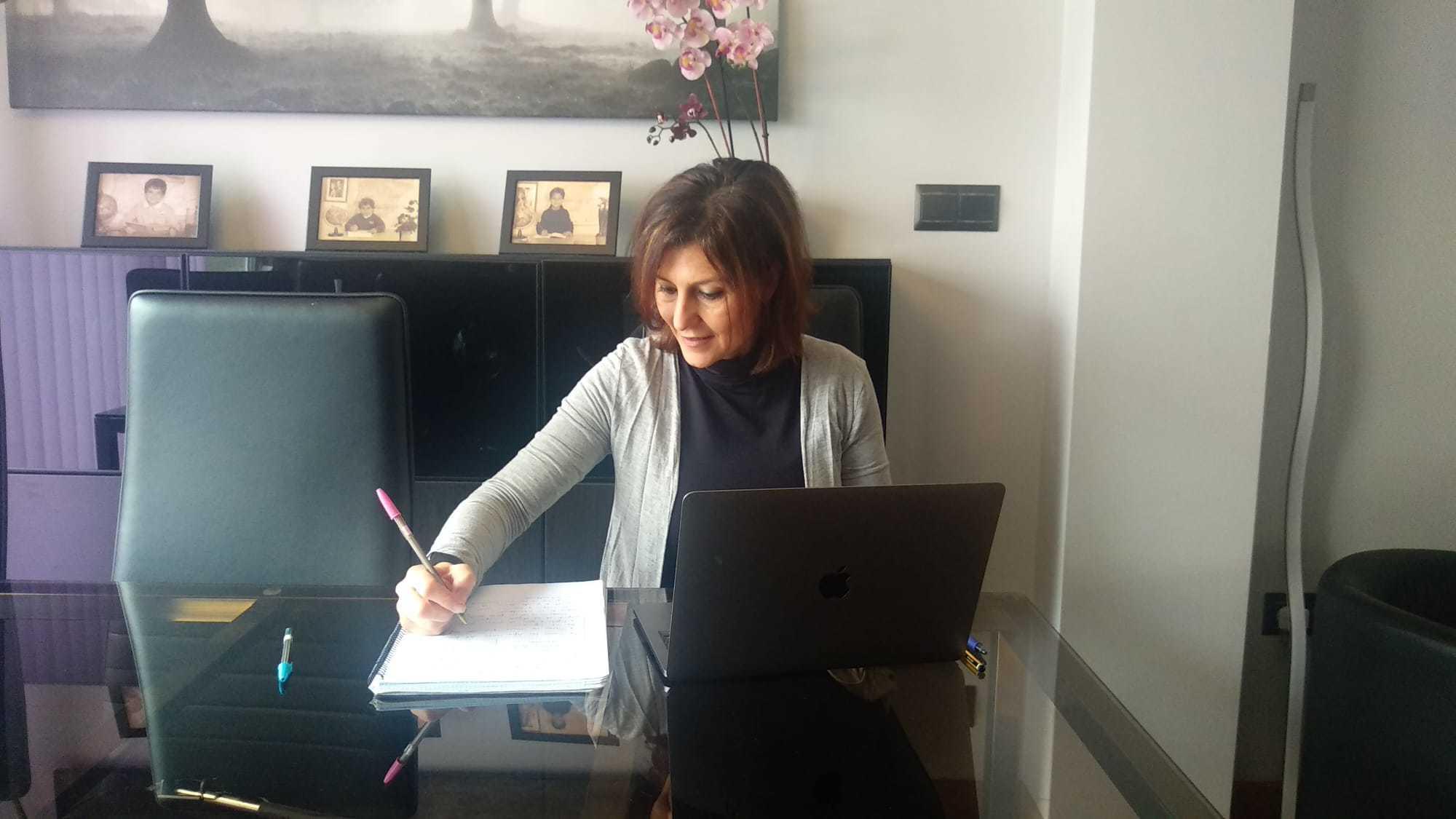 Estefanía Segura prepara sus clases en el salón de su domicilio.