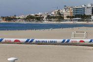 Playa de Villajoyosa cerrada por el coronavirus.