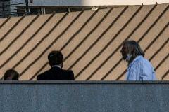 Emmanuel Macron, junto a  Didier Raoult, este jueves en su hospital de Marsella.