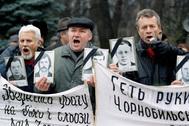 Protesta de trabajadores ucranianos veteranos de los trabajos en la central tras el accidente.