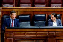 Pedro Sánchez y Pablo Iglesias conversan durante el Pleno del Congreso para prorrogar el estado de alarma.