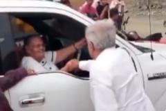 CAPTURA 2. Andrés Manuel López Obrador, saluda dándole la mano a la madre del lt;HIT gt;Chapo lt;/HIT gt; Guzmán. Visita a Baridaguto en Sinaloa. CAPTURA DE VÍDEO