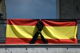 Una bandera española con un lazo negro por las víctimas del coronavirus en un balcón de Madrid, el 8 de abril