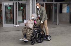 Una paciente de Covid-19 recibe el alta en el hospital de campaña de Ifema.